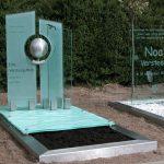 grafmonument van glas en rvs